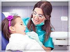 معاینات کلینیکی توسط دندانپزشک ترمیمی با لیزر
