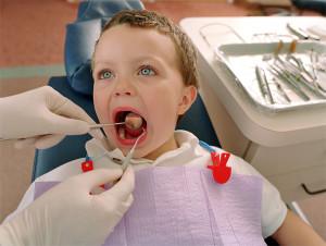 معاینات کلینیکی دندان کودک توسط دندانپزشک ترمیمی با لیزر